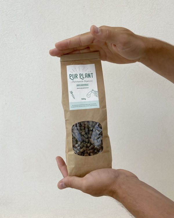 fertilizante-pellet-caballo-mano